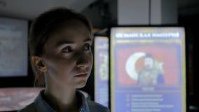 Ung kvinna som omkring ser i modernt historiskt museum stock video