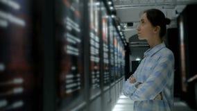 Ung kvinna som omkring ser i modernt historiskt museum lager videofilmer