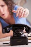 Ung kvinna som oroas av ett telefonsamtal Royaltyfria Foton
