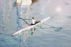 Ung kvinna som paddlar en kajak Sport aktiv livsstil arkivfoton