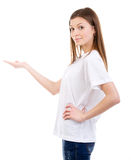 Ung kvinna som pekar till öppet utrymme Royaltyfri Bild