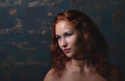 Ung kvinna som poserar i en studio arkivfoton
