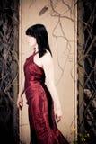 Ung kvinna som poserar i Front Of en herrgård Royaltyfria Bilder