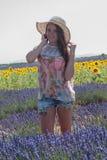 Ung kvinna som poserar i lavendelfältet, Provence, Valensole, franc arkivbilder
