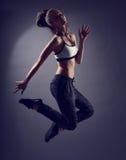 Ung kvinna som poserar i sportkläder Arkivfoto