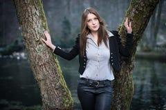Ung kvinna som poserar med kanter som ut kastas Arkivbilder