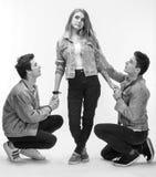 Ung kvinna som poserar med ung man två Arkivfoton