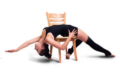 Ung kvinna som poserar på stolen Royaltyfri Bild