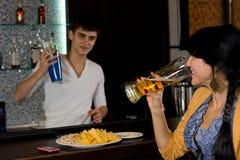 Ung kvinna som pratar till bartendern royaltyfri fotografi