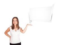 Ung kvinna som presenterar abstrakt origamikopieringsavstånd Royaltyfri Bild