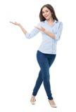 Ung kvinna som presenterar något Royaltyfri Bild