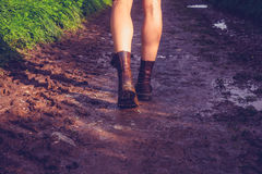 Ung kvinna som promenerar den leriga slingan Royaltyfri Bild