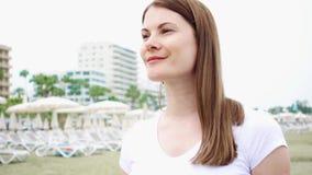 Ung kvinna som promenerar stranden bara Vind från medelhavet som blåser hennes hår i ultrarapid lager videofilmer