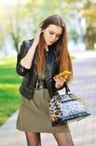 Ung kvinna som ringer ett nummer på en mobiltelefon Arkivbilder