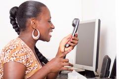 Ung kvinna som ropar in i telefonen Royaltyfri Bild