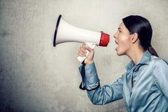 Ung kvinna som ropar med megafonen Royaltyfria Foton