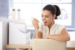 Ung kvinna som ropar till mottagaren Fotografering för Bildbyråer