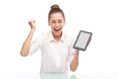 Ung kvinna som rymmer den digitala tableten Arkivbild