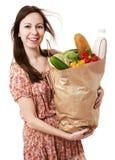 Ung kvinna som rymmer den stora påsen av Healthly livsmedel - materiel Imag fotografering för bildbyråer