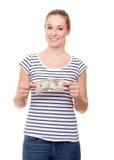 Ung kvinna som rymmer 50 dollar Royaltyfri Bild