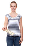 Ung kvinna som rymmer 10 dollar Arkivfoto