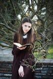 Ung kvinna som rymmer en bibel Royaltyfria Bilder