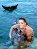 Ung kvinna som rymmer en delfin arkivbilder