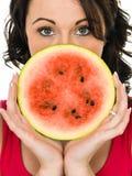 Ung kvinna som rymmer en ny mogen saftig vattenmelon Arkivfoton
