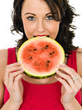 Ung kvinna som rymmer en ny mogen saftig vattenmelon Royaltyfri Fotografi