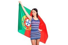 Ung kvinna som rymmer en stor flagga av Portugal Arkivfoton