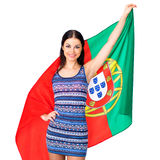 Ung kvinna som rymmer en stor flagga av Portugal Royaltyfri Bild