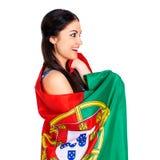 Ung kvinna som rymmer en stor flagga av Portugal Arkivfoto