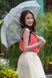 Ung kvinna som rymmer ett paraply. Royaltyfri Fotografi