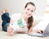 Ung kvinna som rymmer euro 100 Fotografering för Bildbyråer
