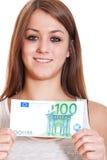 Ung kvinna som rymmer euro 100 Royaltyfri Fotografi