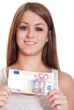 Ung kvinna som rymmer euro 50 Royaltyfri Fotografi