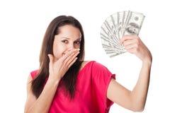 Ung kvinna som rymmer räkningar för en dollar arkivbild