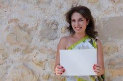 Ung kvinna som rymmer tomt papper Fotografering för Bildbyråer
