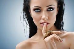 Ung kvinna som sensually poserar på studion Arkivbild