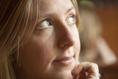 Ung kvinna som ser av till sidan Royaltyfria Foton