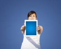 Ung kvinna som ser den moderna minnestavlan Arkivbild