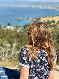 Ung kvinna som ser havet i Cypern royaltyfria bilder