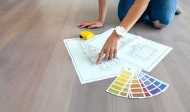 Ung kvinna som ser husplan Arkivbilder