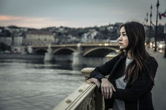 Ung kvinna som ser landskapet arkivfoto