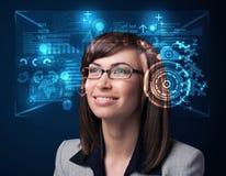 Ung kvinna som ser med futuristiska smarta tekniskt avancerade exponeringsglas Arkivfoto