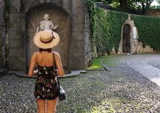 Ung kvinna som ser monumentet Royaltyfria Foton