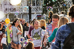 Ung kvinna som ser såpbubblor på `en för festival`-inspiration i VDNH i Moskva Arkivbild