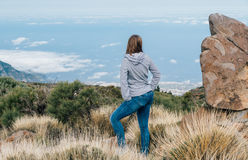 Ung kvinna som ser sikt från kanten av kullen Royaltyfria Foton
