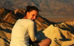 Ung kvinna som ser soluppgången Royaltyfria Foton