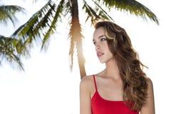 Ung kvinna som ser till sidan, palmträd Arkivfoto